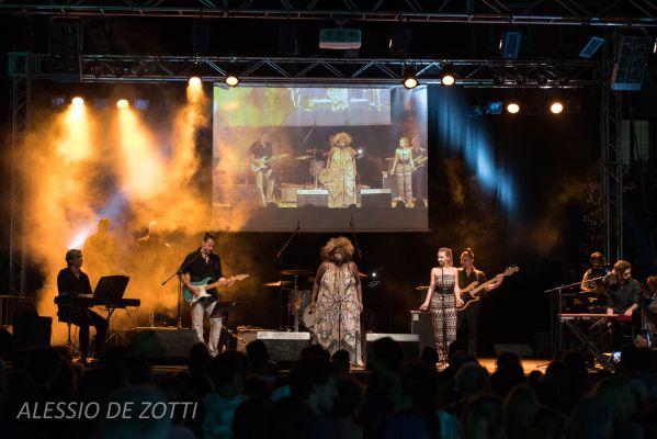 2016 LISA HUNT & the groovy man